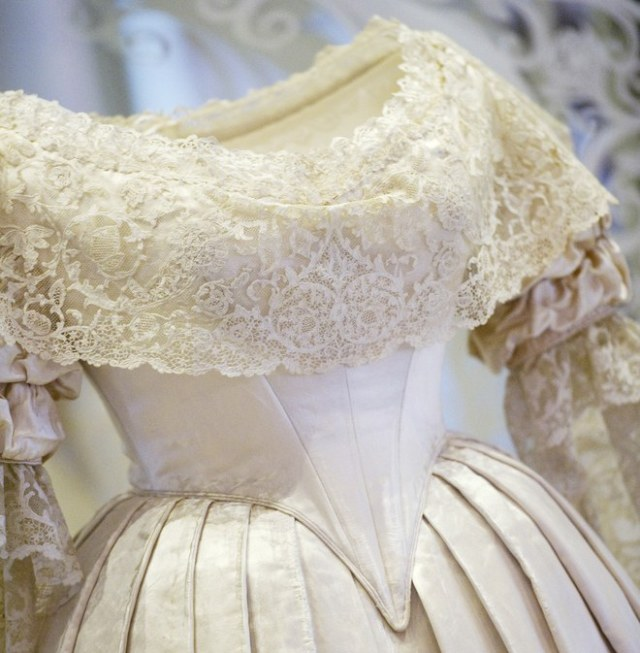 1-queen-victoria-wedding-dress